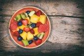 ovoce salát v talíř na stůl