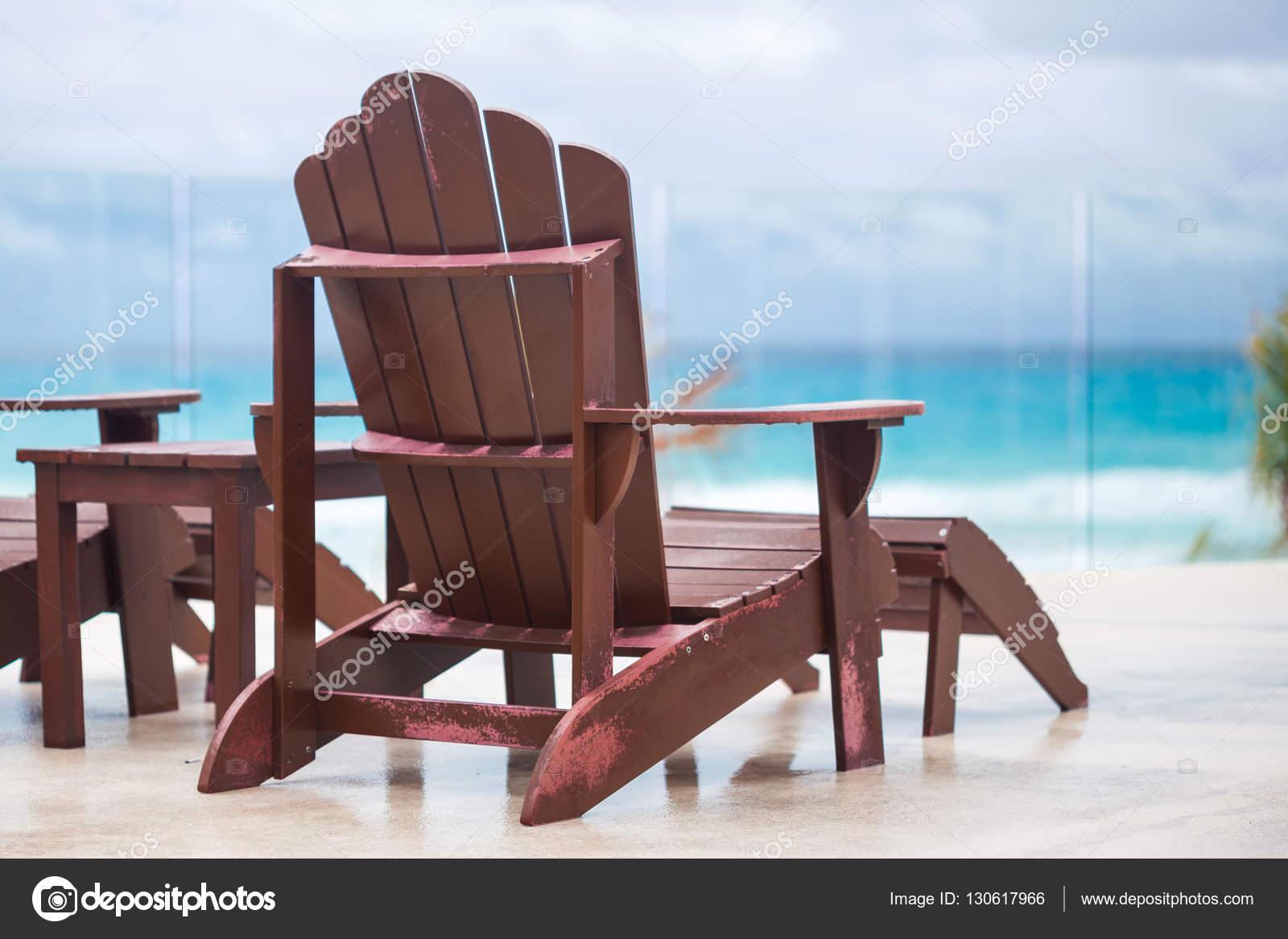 Sedia A Sdraio In Legno : Sedia a sdraio in legno in resort di lusso vicino a caraibi u2014 foto