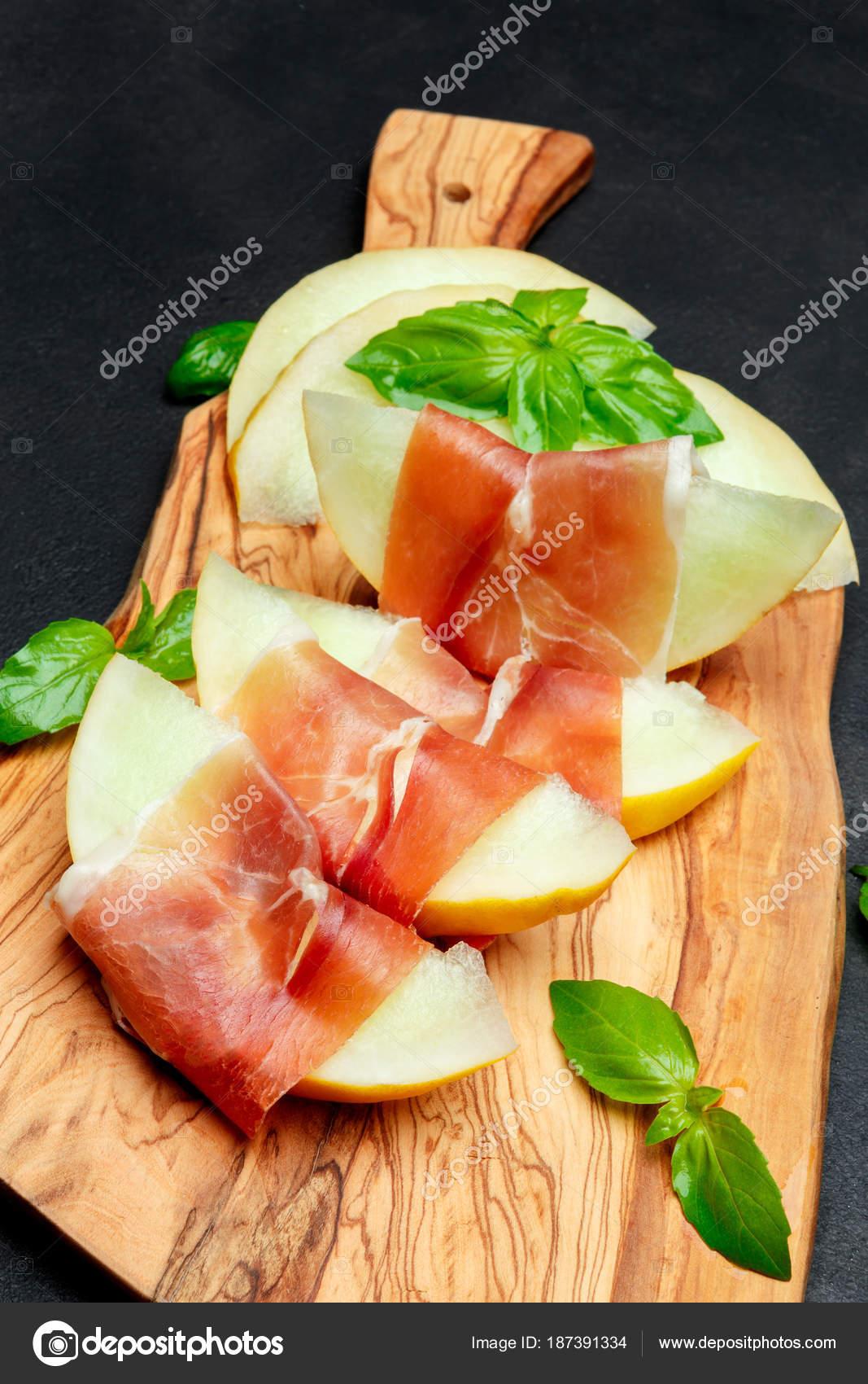 Cuisine Italienne Avec Melon Et Prosciutto Sur Planche A Decouper En