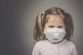 Porträt eines Mädchens mit Zöpfen, das eine medizinische Maske trägt