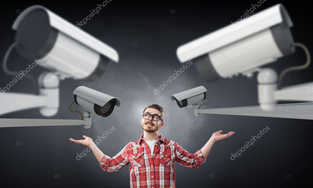 Cámara de mantener un ojo en el hombre. Técnica mixta — Foto de ...