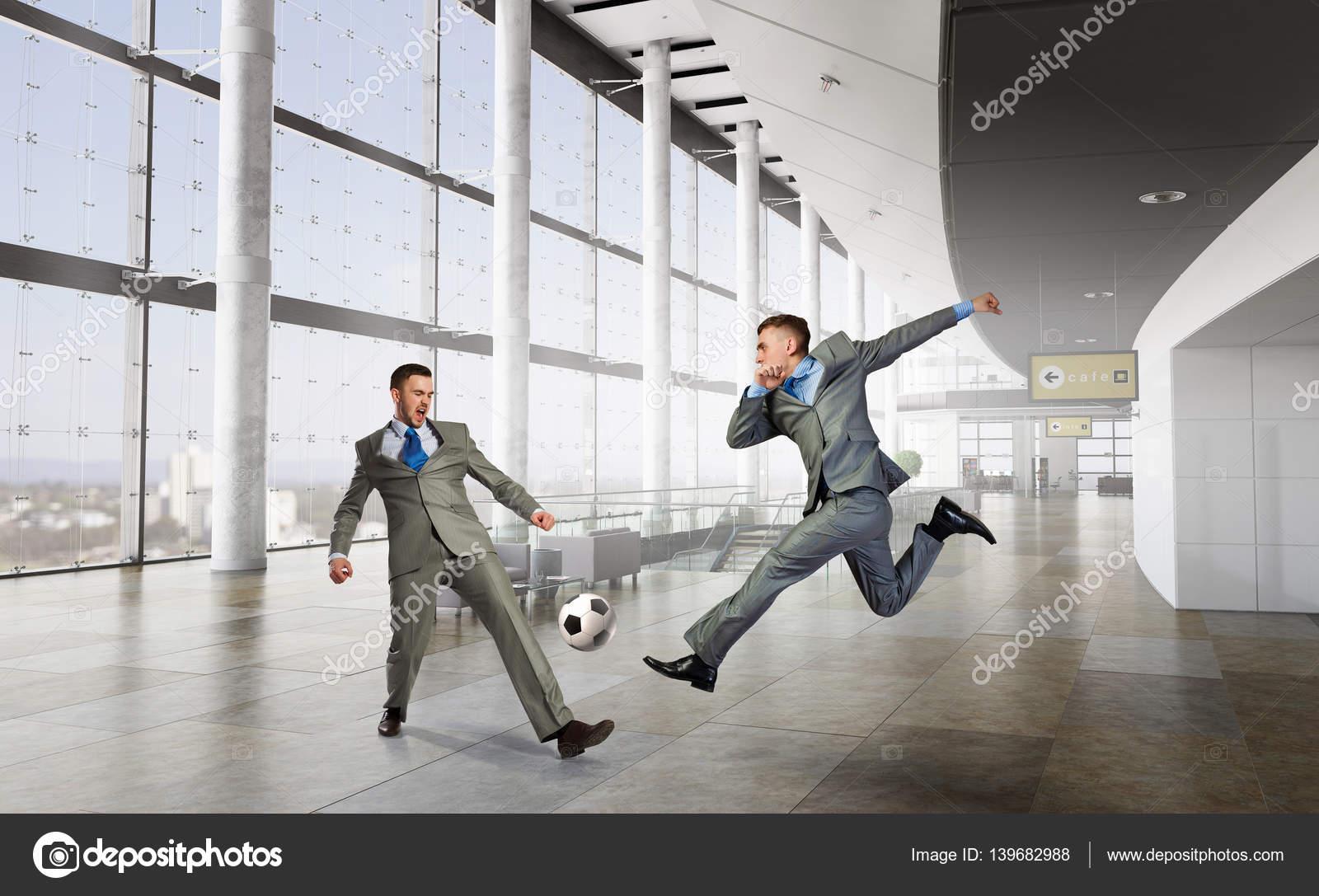 Jouer au football au bureau. technique mixte u2014 photographie