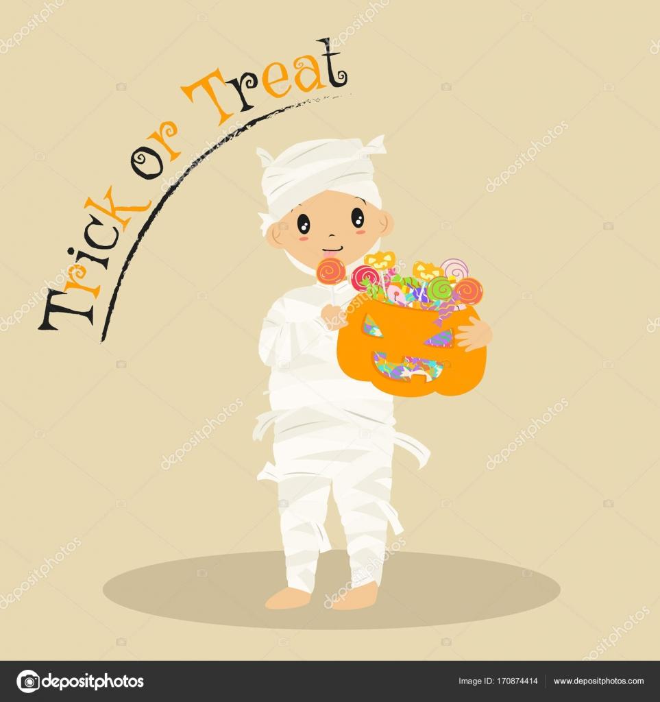 Mumie Essen Lutscher und halten eine Halloween-Süßigkeiten-Korb ...