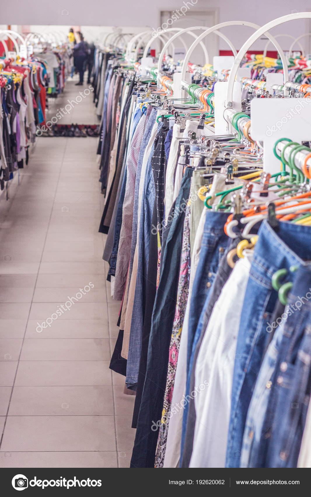 7877ac1b8 Ruházati állvány. A ruhát akasztók tárolja. Sekély dof — Stock Fotó ...