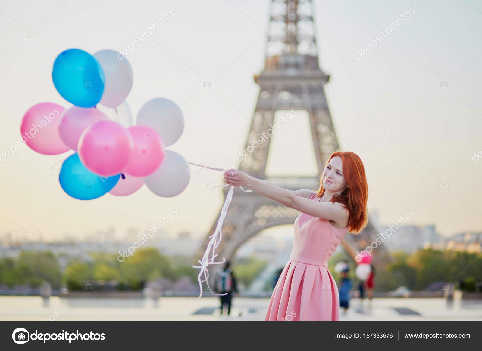 Fantastic Fille avec bouquet de ballons devant la Tour Eiffel à Paris  GL53