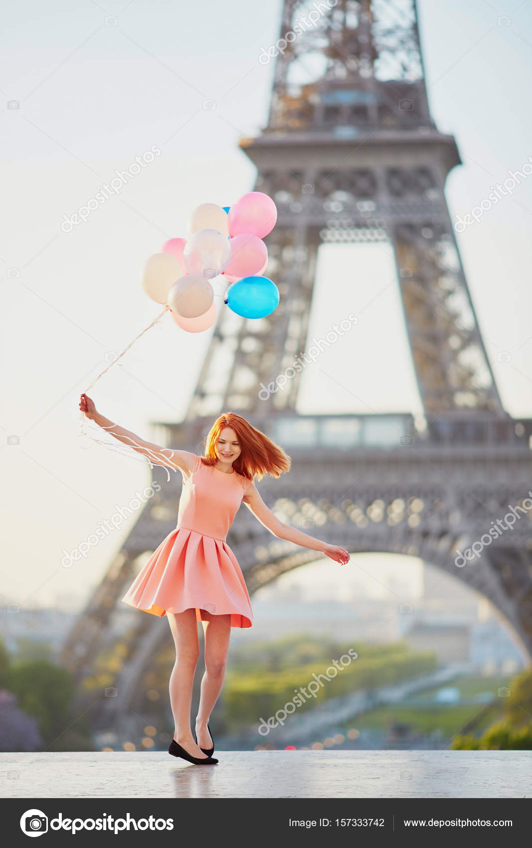 Excellent Fille avec bouquet de ballons devant la Tour Eiffel à Paris  HP71