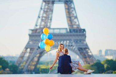 """Картина, постер, плакат, фотообои """"пара с красочными воздушными шарами возле эйфелевой башни """", артикул 158438082"""