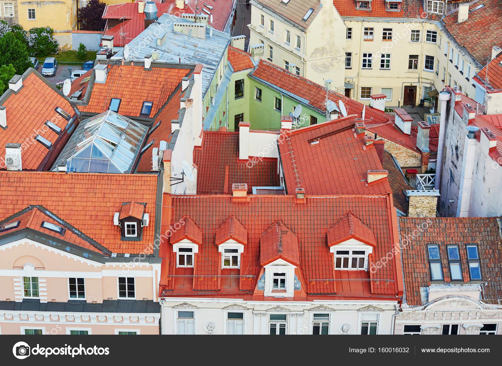 Prachtige kleurrijke gebouwen met daken van de rode tegels in de