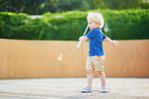 Malý chlapec hraje badminton na hřišti