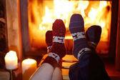 Fotografie Muž a žena v teplé ponožky krbu