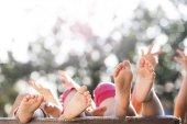 nohy v trávě