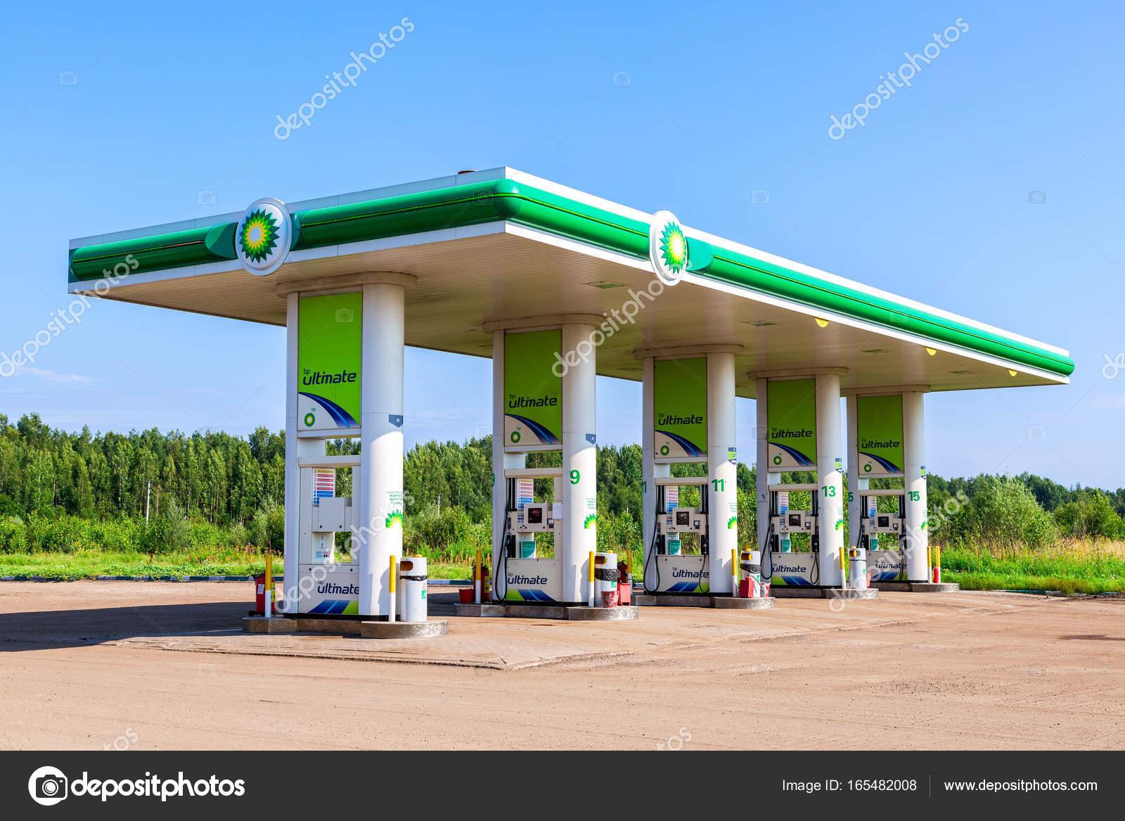 Bp 或英国石油加油站在夏季的一...