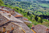Nézd át a toszkán vidéken, a városban Montepulciano,