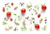 Rajčata a různé bylinky a koření, izolované na bílém pozadí, pohled shora