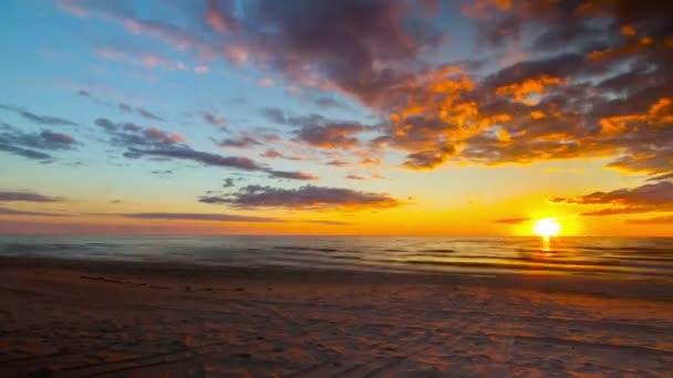 Západ slunce moře s pláží, 4 k time-lapse panorama