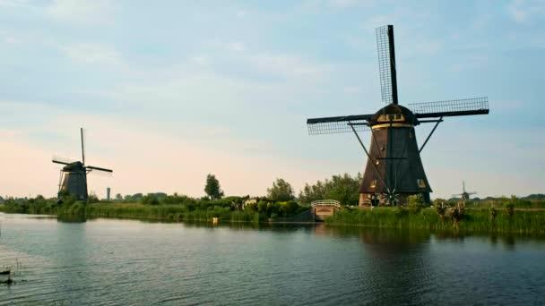 Větrné mlýny na Kinderdijk v Holandsku. Nizozemsko