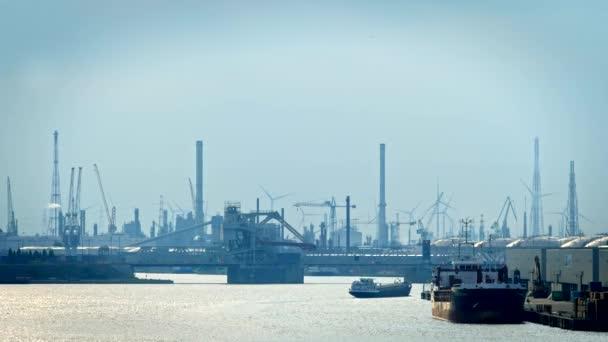 Antverpský přístav při západu slunce. Antverpy, Belgie