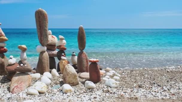 Koncept rovnováhy a harmonie. - kamenné hromady na pláži