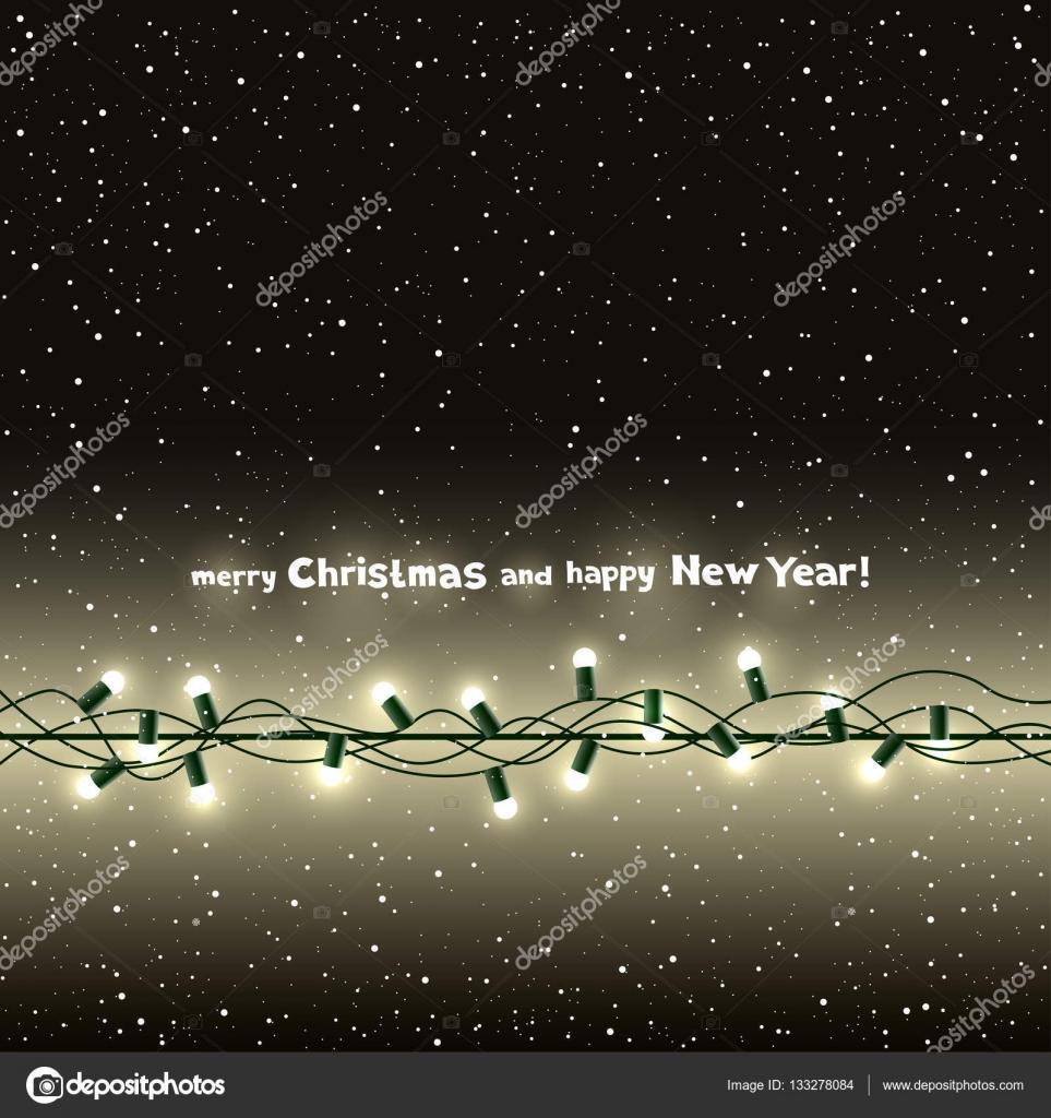 94d39146943 Felicitaciones de Navidad. Lámpara de luz sobre fondo oscuro de la nieve.  Silueta de bombilla y cable multicolor. Guirnalda de fiesta la celebración  ...