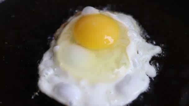 tojás sütés serpenyőben