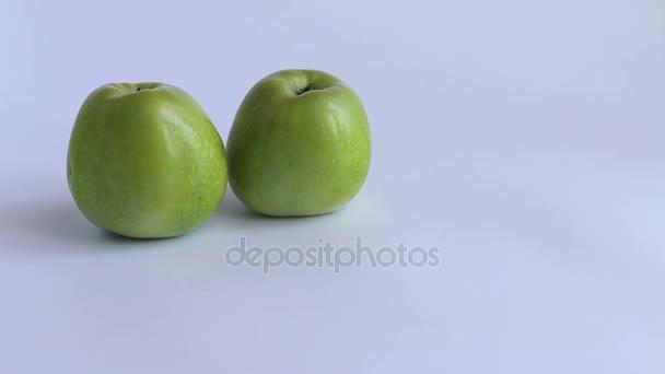 tři jablka bílé pozadí