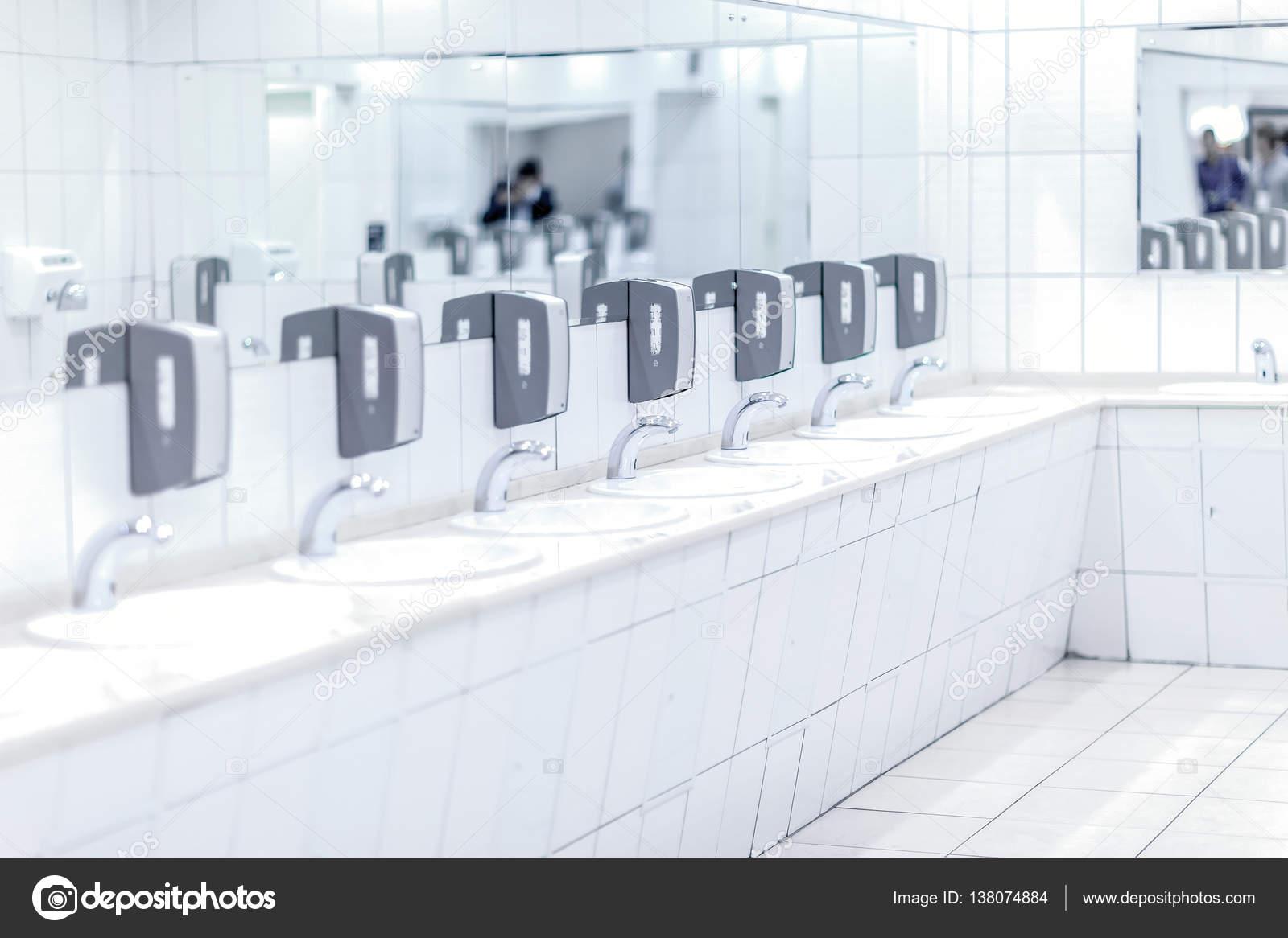 Zwarte Kraan Toilet : Wit glanzend kranen met grijze zeep houders en spiegels in openbaar