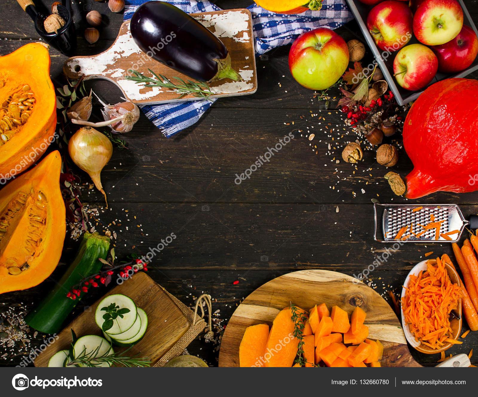 Осенние овощи и фрукты на темной деревянной доске ...