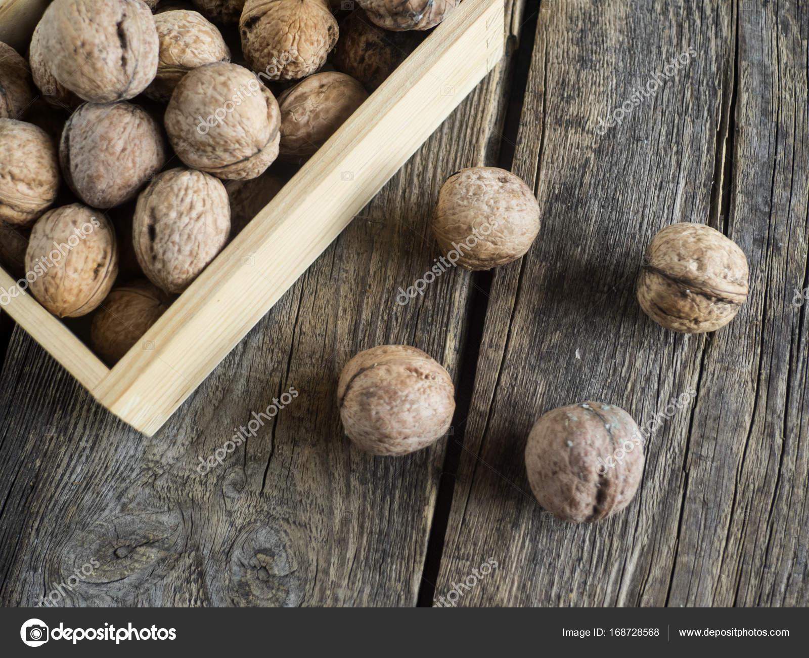 Liefde Walnoot Hout : Walnoten in een houten doos u stockfoto igorgolovniov