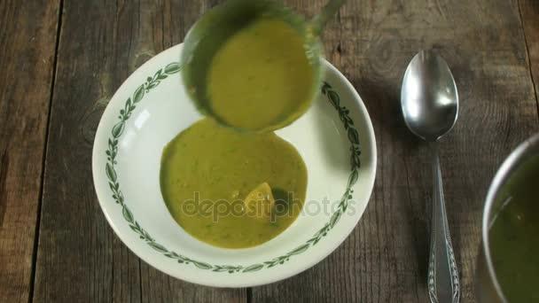 Vylijete polévku pyré do desky na dřevěný stůl