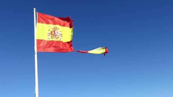Szakadt spanyol zászló integet a szél