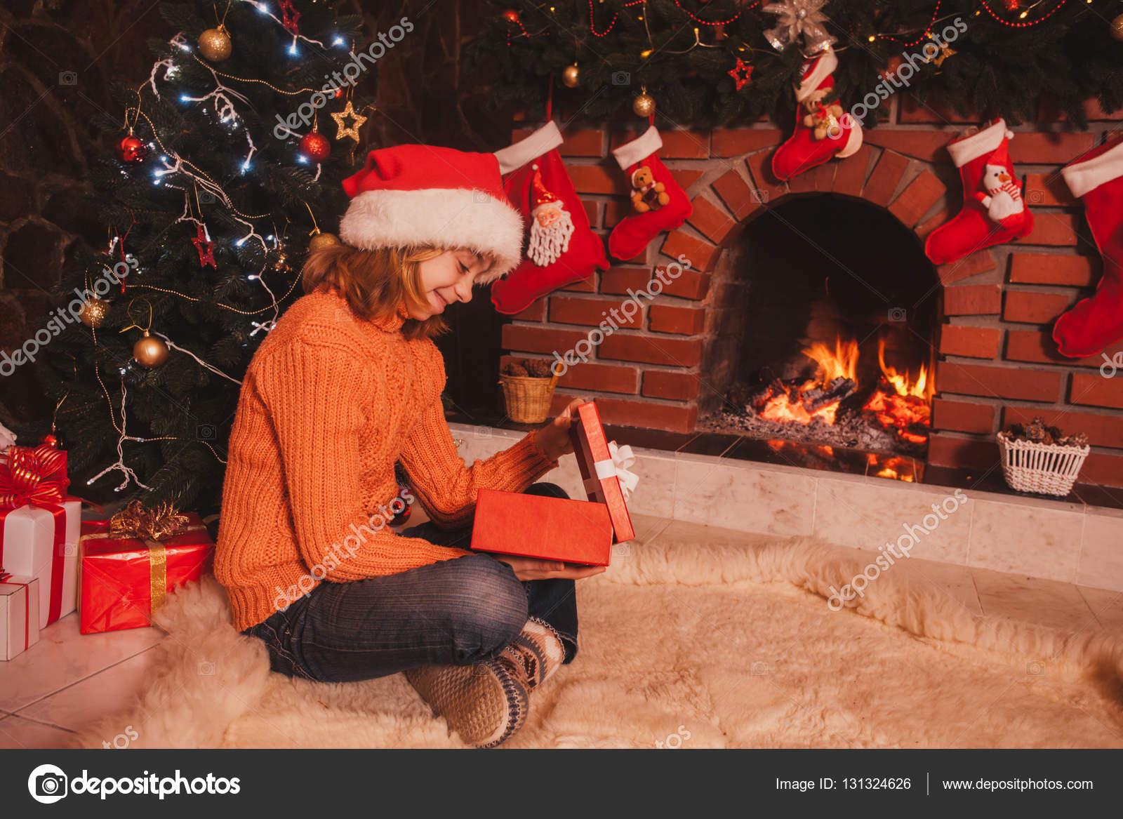 Teenager-Mädchen mit Geschenk — Stockfoto © oksixx #131324626