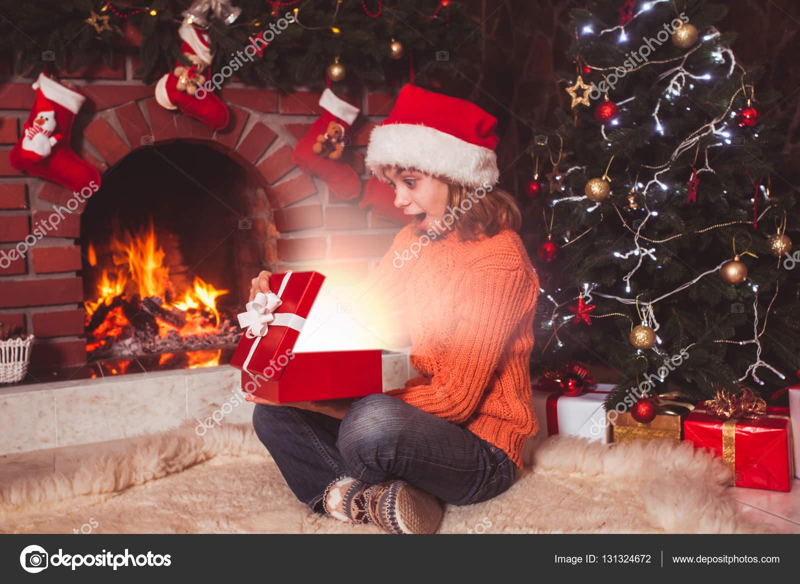 Teenager-Mädchen mit Geschenk — Stockfoto © oksixx #131324672