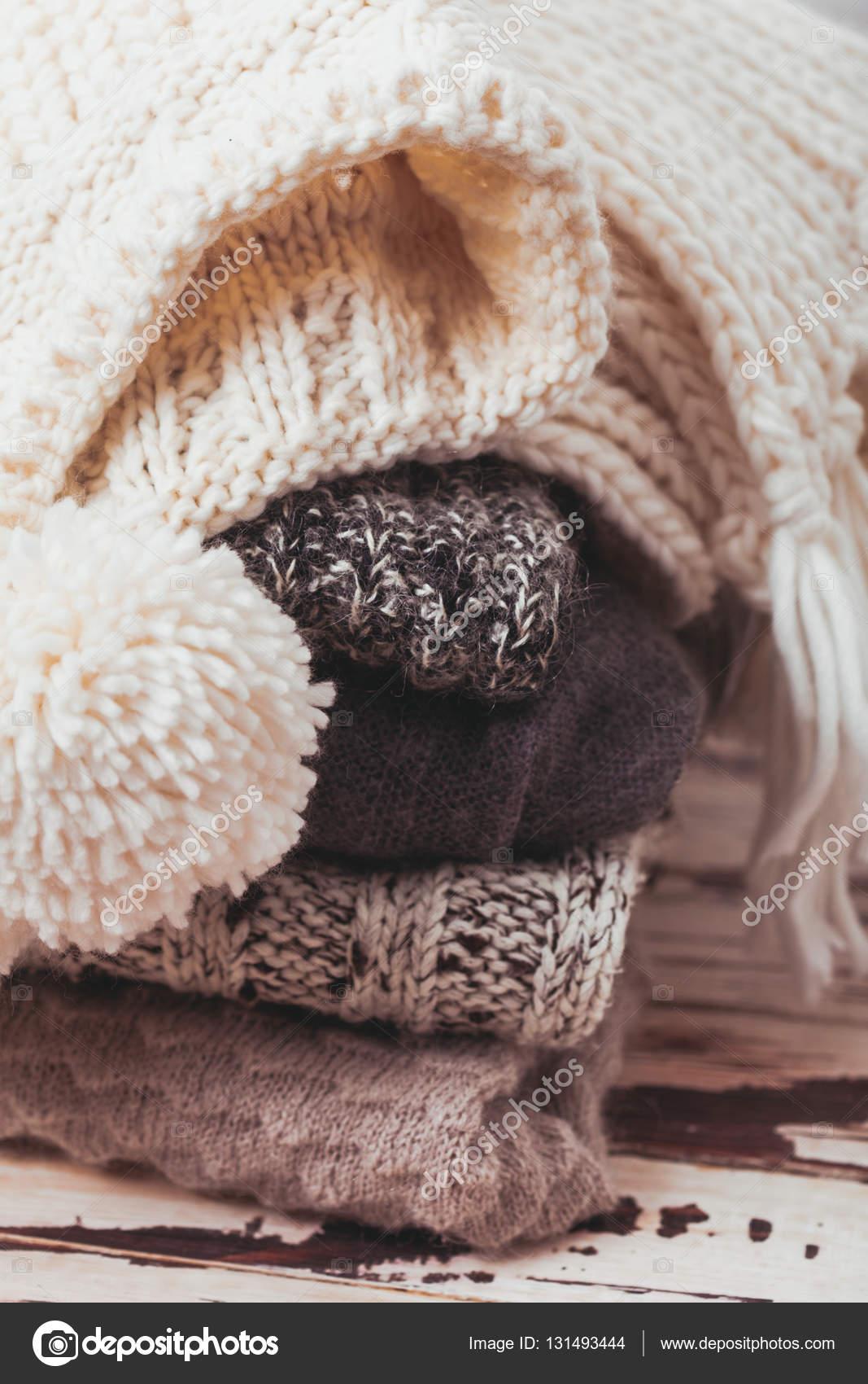 36fa76ebdf35 Συλλογή από μάλλινα ρούχα — Φωτογραφία Αρχείου · Στοίβα θερμό πλεκτά  πουλόβερ