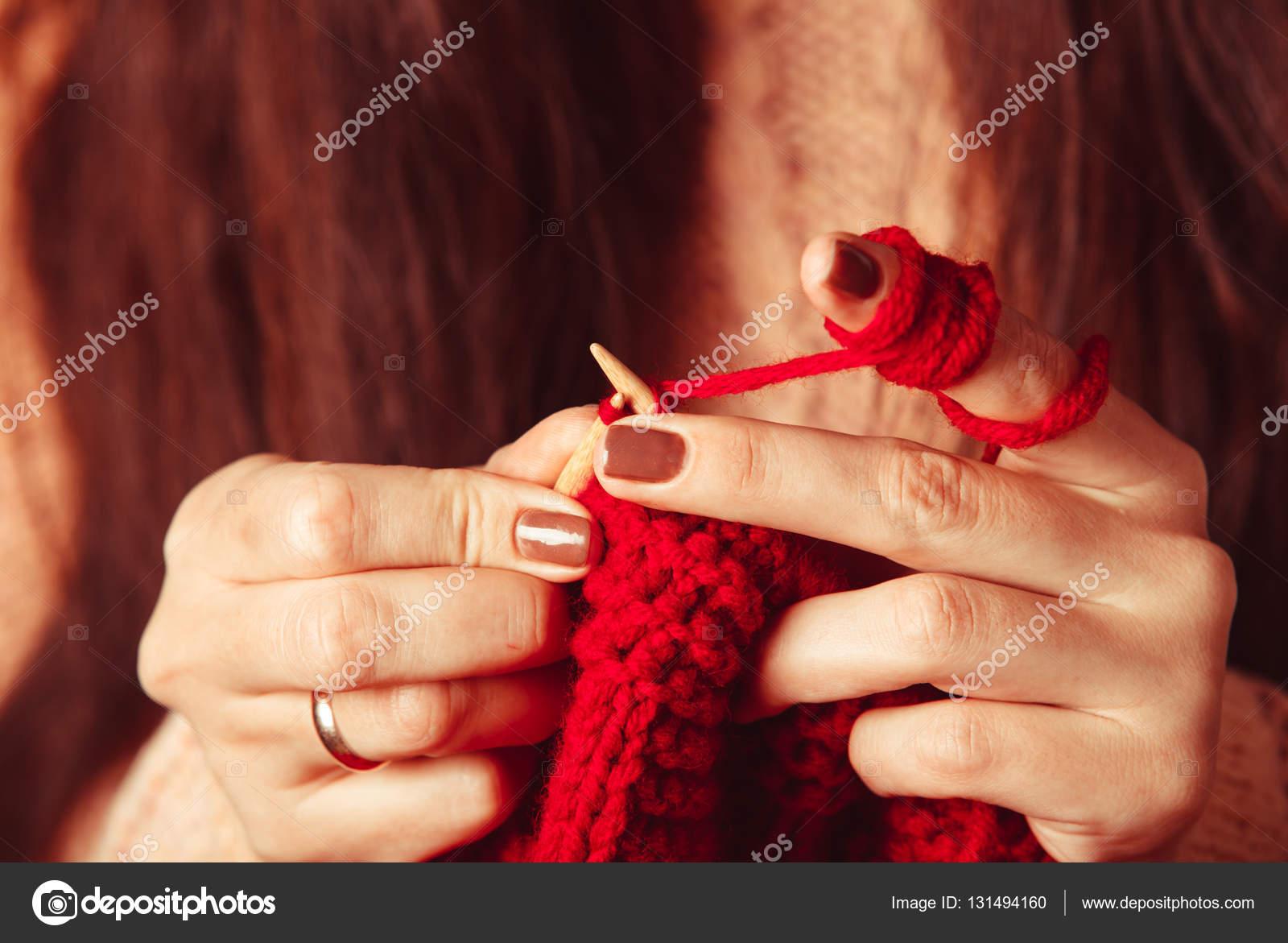 2d17e0c654a7 Χέρια Γυναικεία πλεκτά πουλόβερ — Φωτογραφία Αρχείου © oksixx  131494160