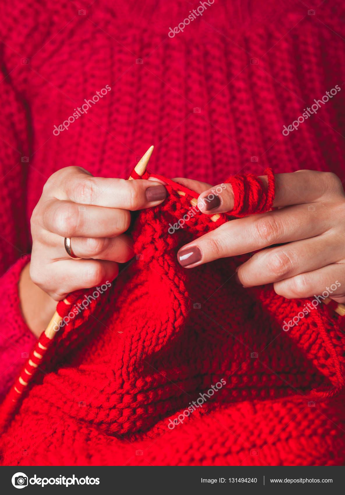 809a0bb0e286 Χέρια Γυναικεία πλεκτά πουλόβερ — Φωτογραφία Αρχείου © oksixx  131494240