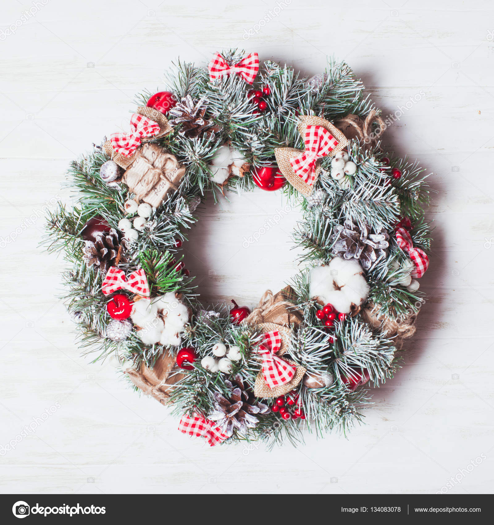 Red And White Christmas Wreath Stock Photo Oksixx 134083078