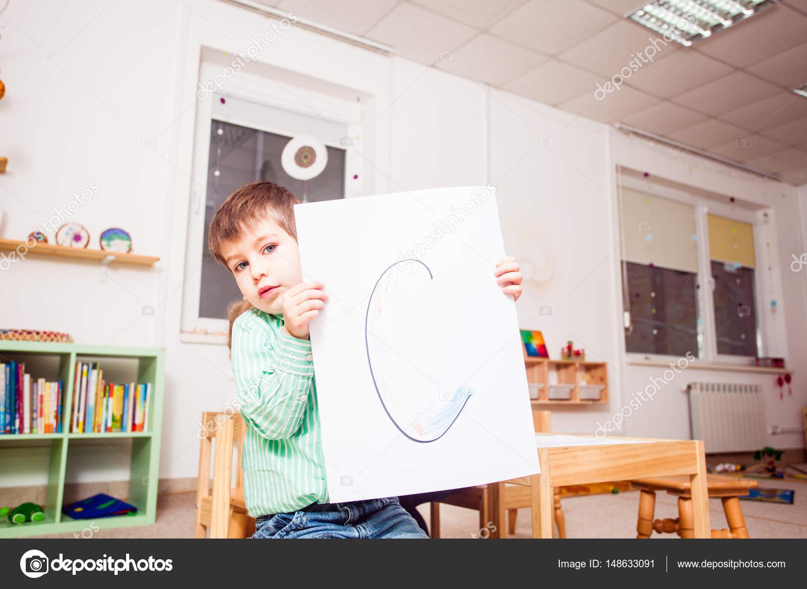 Kinder im Vorschulalter lernen Buchstaben — Stockfoto © oksixx ...