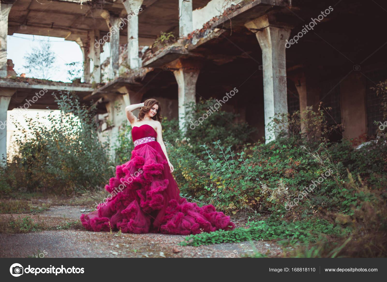 662317afc6e Lady σε μια πολυτελή πλούσια καιρό ροζ φόρεμα εξωτερική. Γυναίκα με κόκκινο  θολό φόρεμα - σύμβολο της ομορφιάς και την ανανέωση της κοινωνίας — Εικόνα  από ...