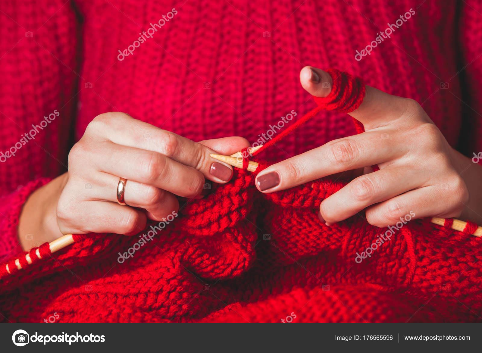 93cd99124c81 Χέρια Γυναικεία πλεκτά πουλόβερ — Φωτογραφία Αρχείου © oksixx  176565596