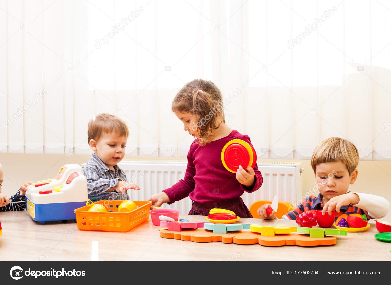 Fotos: niños en el jardin infantil | Niños jugando cocineros — Foto ...