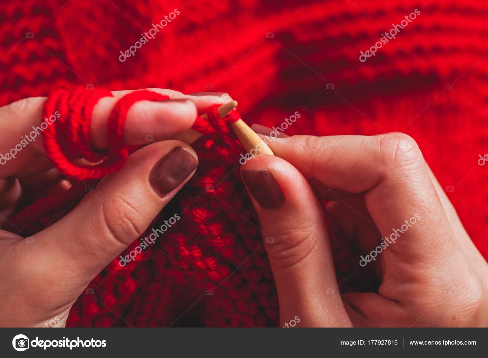91436f9e11e6 Χέρια Γυναικεία πλεκτά πουλόβερ — Φωτογραφία Αρχείου © oksixx  177927816