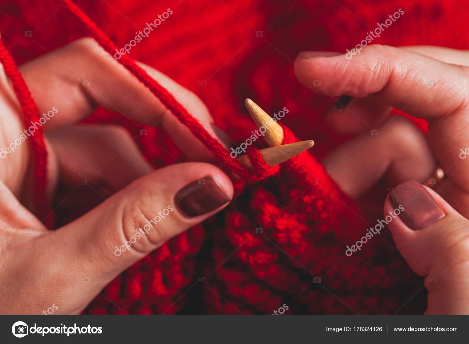 a9ee59c3d205 Χέρια Γυναικεία πλεκτά πουλόβερ — Φωτογραφία Αρχείου © oksixx  178324126