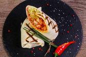 Kuřecí rolka s tortilla sloužil pepř