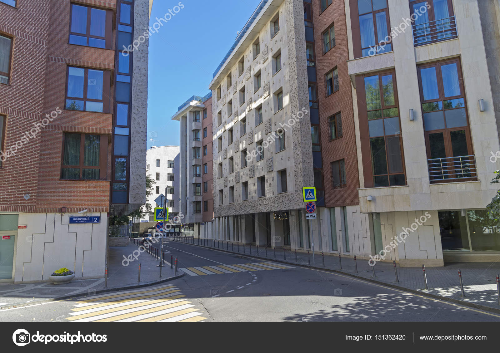Moderne Häuser auf kleinen Straßen im Zentrum von Moskau ...
