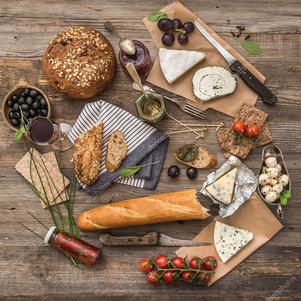 Comida francesa em um fundo de madeira fotografias de for Tipos de comida francesa