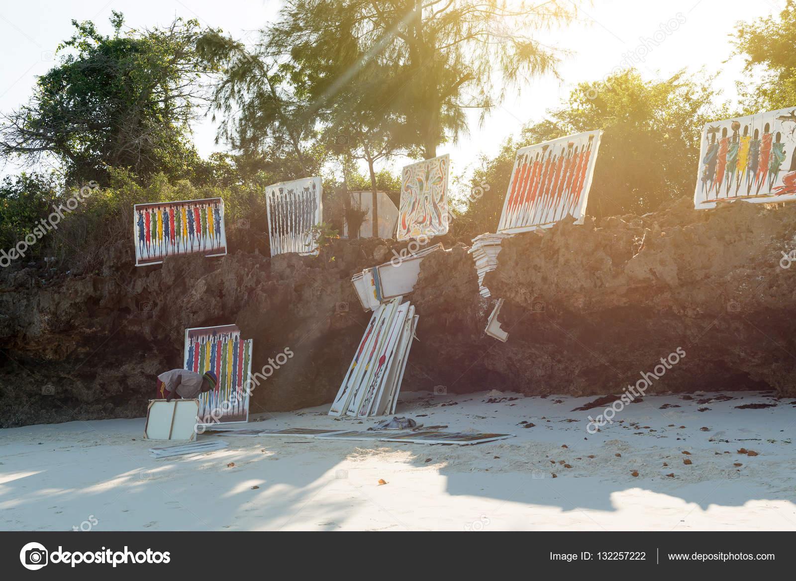 Tavolo Da Lavoro Per Zanzibar : Artista con dipinti colorati sulla spiaggia di zanzibar u2014 foto