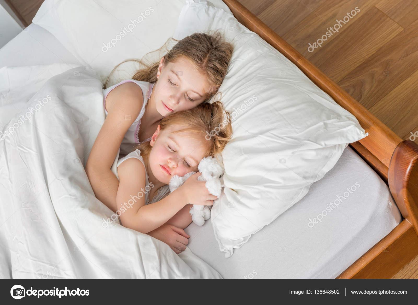 Сестра крепко спит, Брат трахнул младшую сестру пока она спит 24 фотография