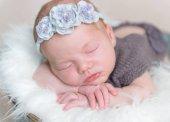 Dětská dívka s květinová čelenka na spaní