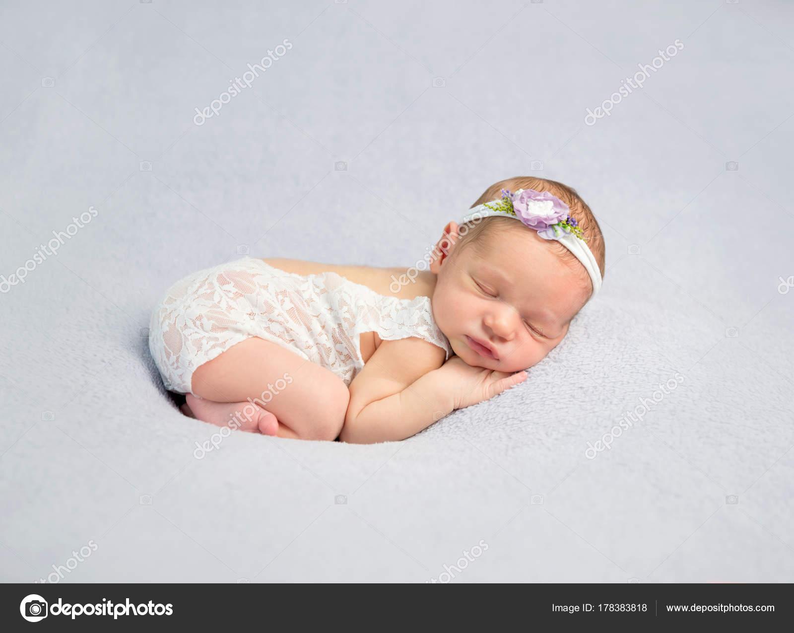 Entzückende Neugeborene im Body — Stockfoto © tan4ikk #178383818
