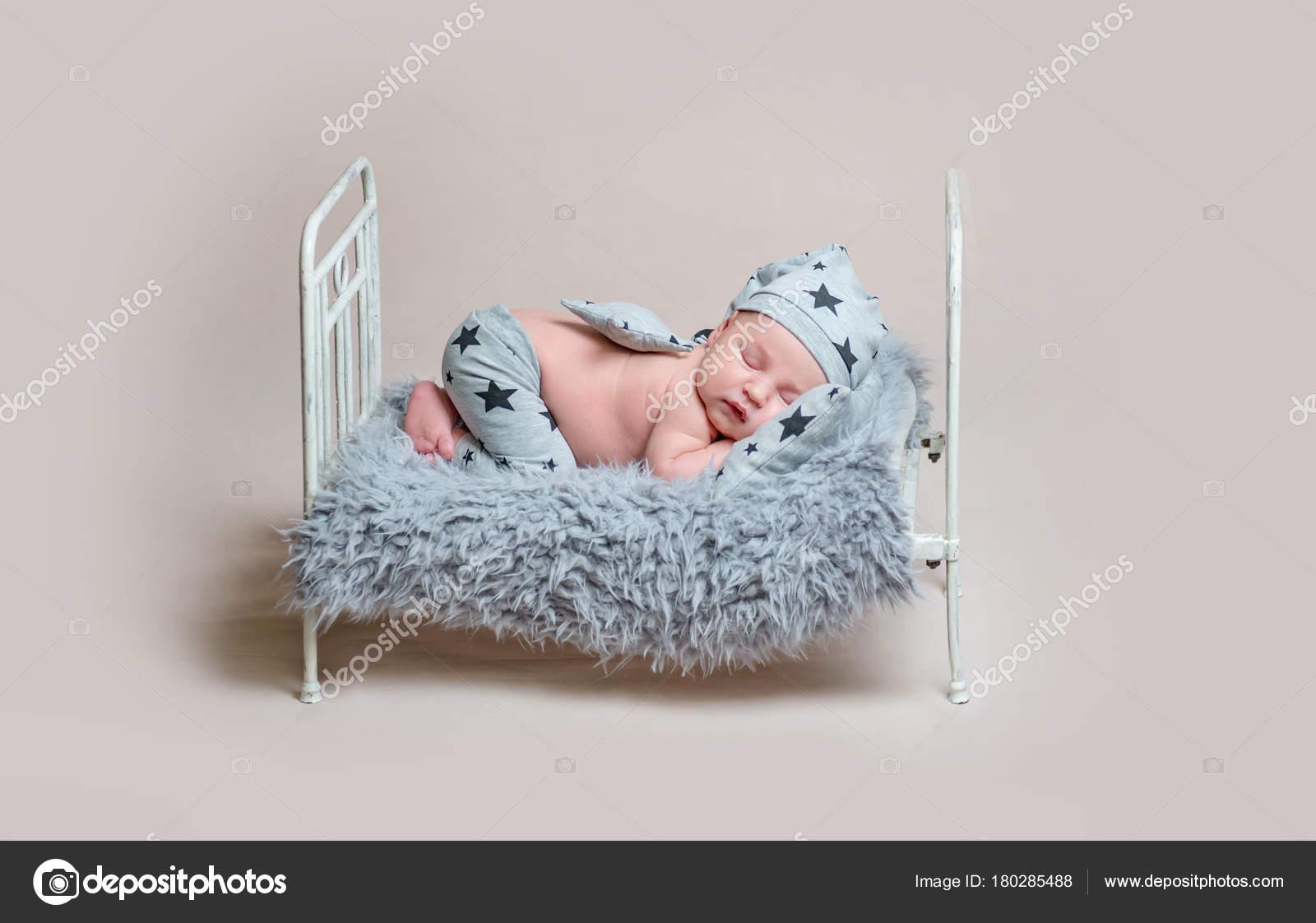 Süßen Neugeborenen jungen kleinen Kinderbett schlafen — Stockfoto ...